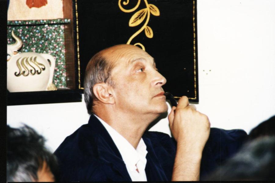 019.Михаил Казаков рассматривает нашу гостиную. Кажется, понравилось.