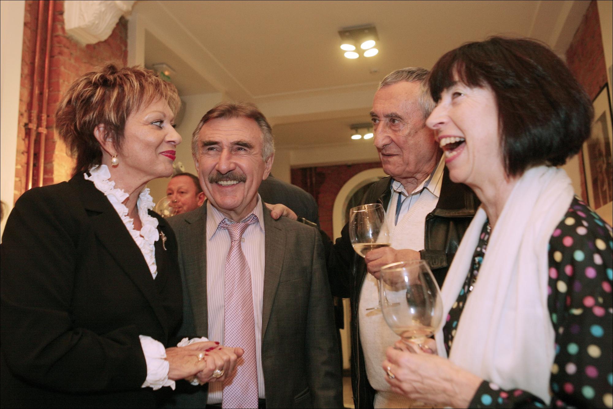 На открытии фестиваля Израильских фильмов в Москве,слева Дорет Голендер.- посол Израиля в России.